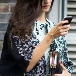 Tatouage femme contour etoile polaire dessus poignet