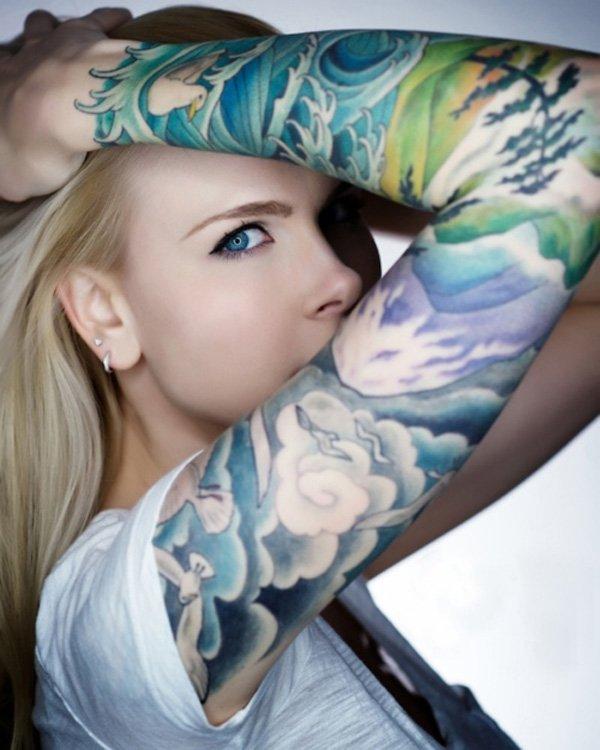 tatouage manchette feminin couleurs aquarelle inspiration japonaise