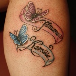 exemple tatouage 2 prenoms femme avec papillon rose et bleu