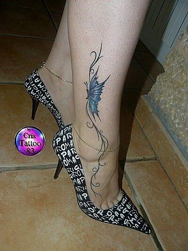 exemple tatouage bas du mollet cheville pied papillon bleu et arabesque
