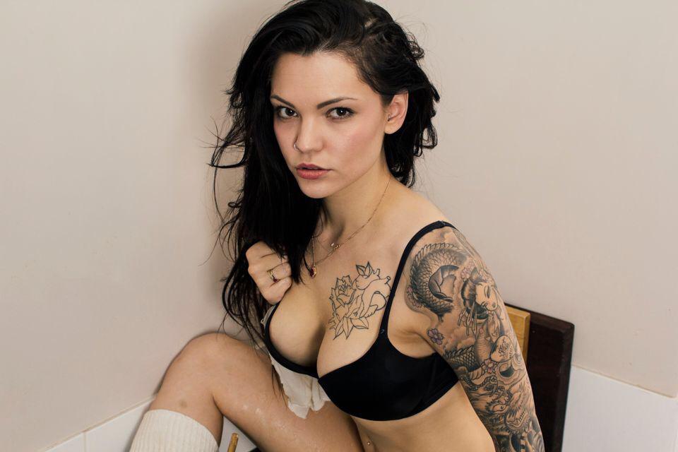 exemple tatouage bras femme motifs asiatiques geisha vagues dragon