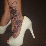 exemple tatouage cheville femme pied fleurs avec 3 roses et arabesques