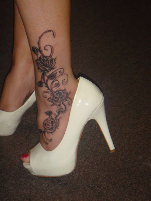 Exemple Tatouage Cheville Femme Pied Fleurs Avec 3 Roses Et