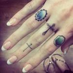 exemple tatouage doigt femme deux croix sur le majeur dont une comme une bague