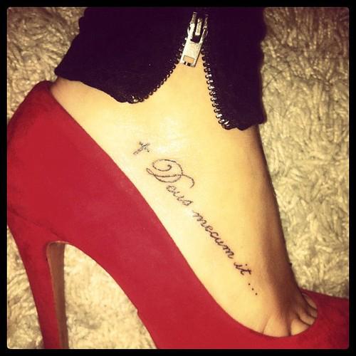 exemple tatouage phrase et croix pied femme - tatouage femme