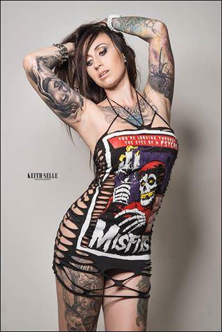 idee tattoo 2 bras avec portrait et manchette