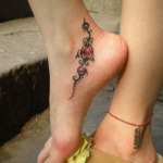 idee tattoo arabesques rubis sous la cheville