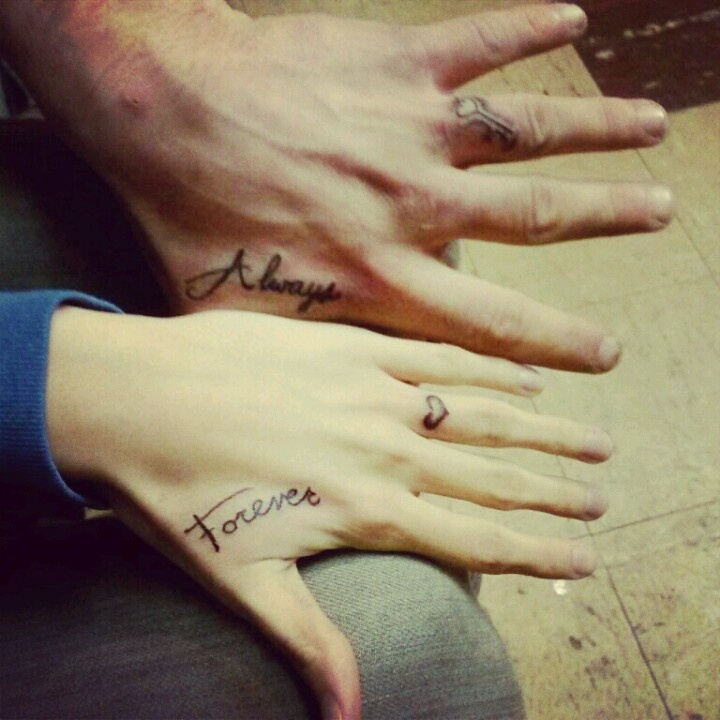 idee tattoo doigt coeur sur annulaire