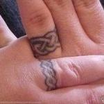 idee tattoo doigt couple anneau celtique amour