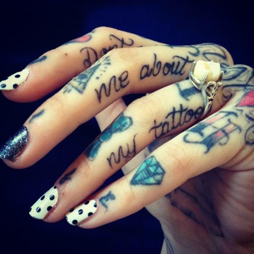 idee tattoo doigt diamant nuage et phrases
