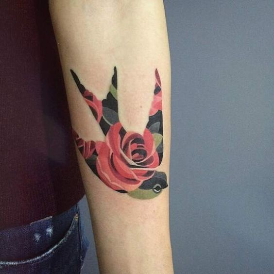 Idee tattoo hirondelle avec rose en motif avant bras