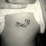 idee tattoo prenom court et coeur