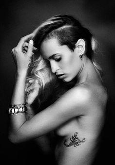 idee tattoo scorpion feminin sous le sein cote exterieur