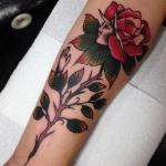 modele tatouage bras fleur rose avec visage profil et sa tige