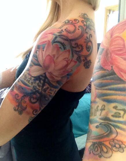 modele tatouage bras noir rose et bleu fleurs et arabesques