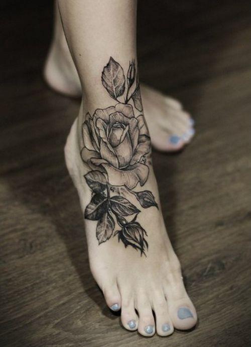 modele tatouage cheville et pied fleur eclose belle rose avec ses feuilles