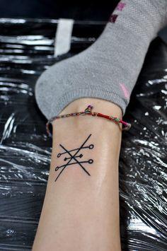 modele tatouage cheville noir croix