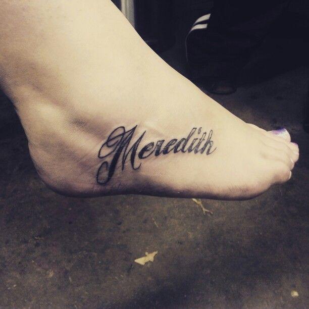 modele tatouage prenom ecriture pied