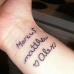 photo tattoo feminin 3 prenoms enfants avec coeur poignet