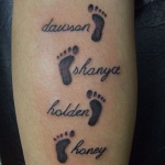 photo tattoo feminin 4 prenoms et empreinte de pied