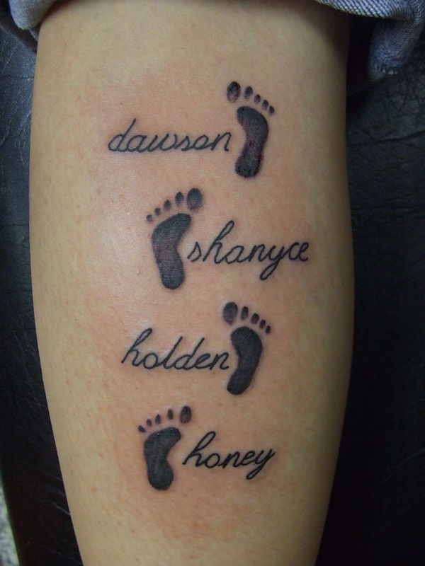 photo tattoo feminin 4 prenoms  et empreinte de pied