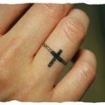 photo tattoo feminin doigt bague croix
