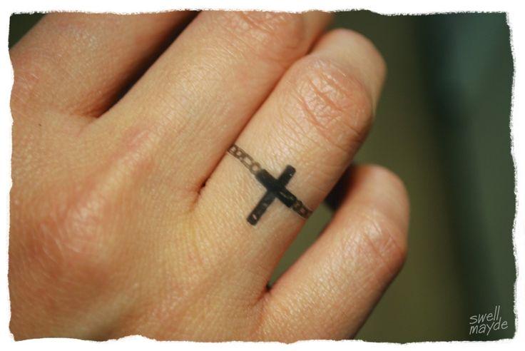 Photo Tattoo Feminin Doigt Bague Croix Tatouage Femme