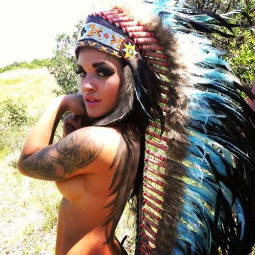 photo tattoo feminin haut du bras encre noire