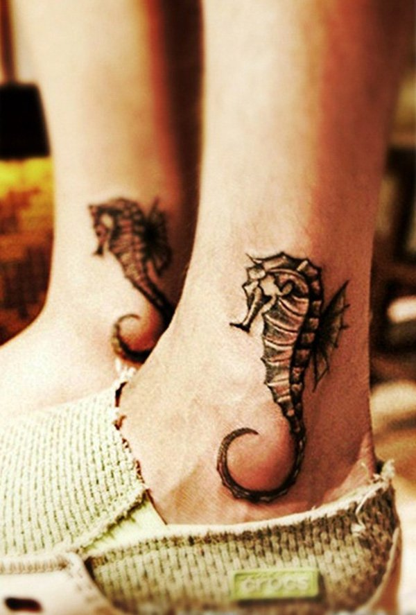 photo tattoos feminins cheville 2 hippocampes effet 3 d