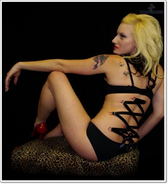 scorpion tatoue sur l epaule d une femme