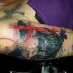 tatouage bras feminin aquarelle avec croix rouge
