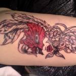tatouage bras feminin visage masque et arabesque