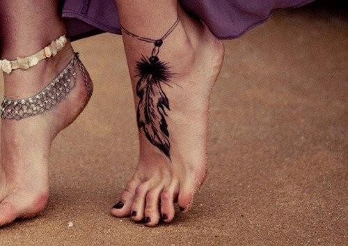 tatouage cheville feminin bracelet avec grande plume sur le pied