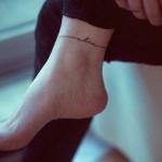 tatouage cheville feminin bracelet et ecriture alive