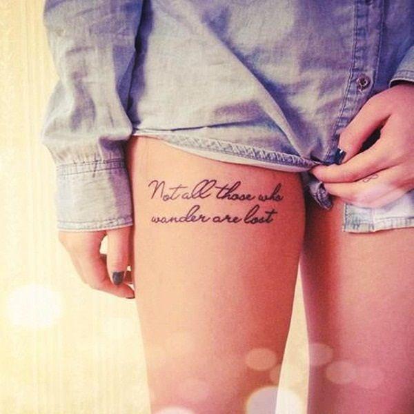 tatouage cuisse feminin phrase 2 lignes calligraphie