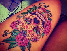 tatouage cuisse feminin tete de mort colore stylé