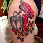 tatouage cuisse old school roses oranges