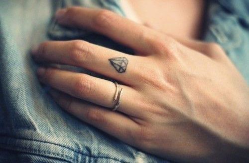 tatouage diamant doigt feminin sur majeur