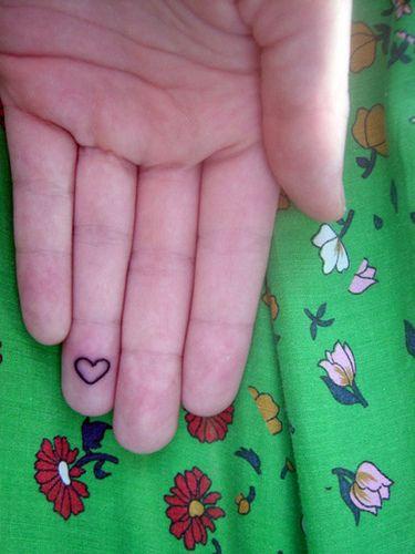 tatouage doigt coeur interieur contour