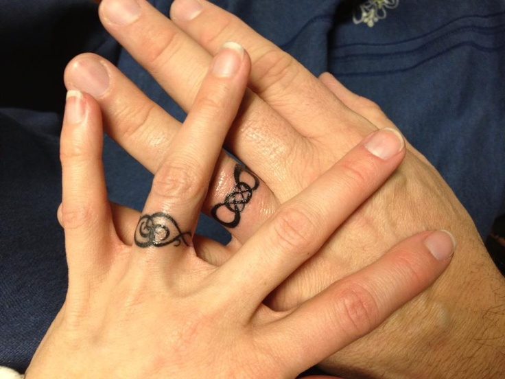 tatouage doigt femme bague bijou