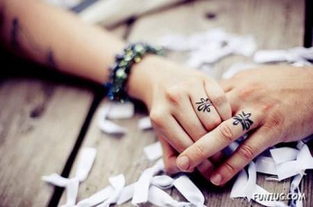 tatouage doigt femme idee bague sur majeur et annulaire
