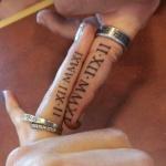 tatouage doigt femme serie chiffres romains