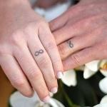 tatouage doigt infini anneau couple