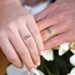 tatouage doigt signe infini pour couple facon anneau de mariage