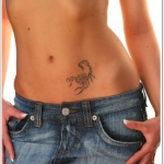 tatouage feminin ventre scorpion