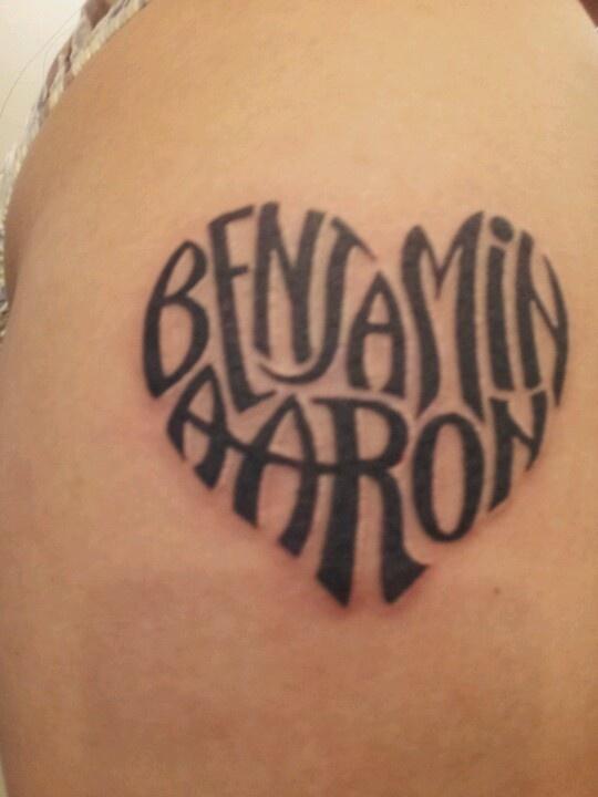 tatouage femme 2 prenoms en forme de coeur