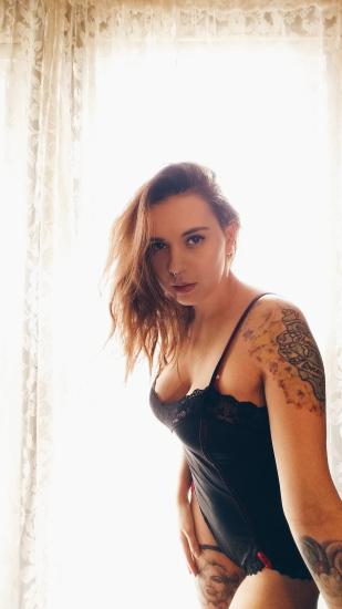 tatouage femme bras epaule couleur et avant bras vers poignet