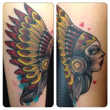 tatouage femme bras tete d indienne de profil couleur