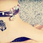 tatouage femme cheville ancre marine et noeud