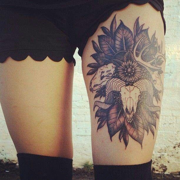 tatouage femme cuisse 3 cranes